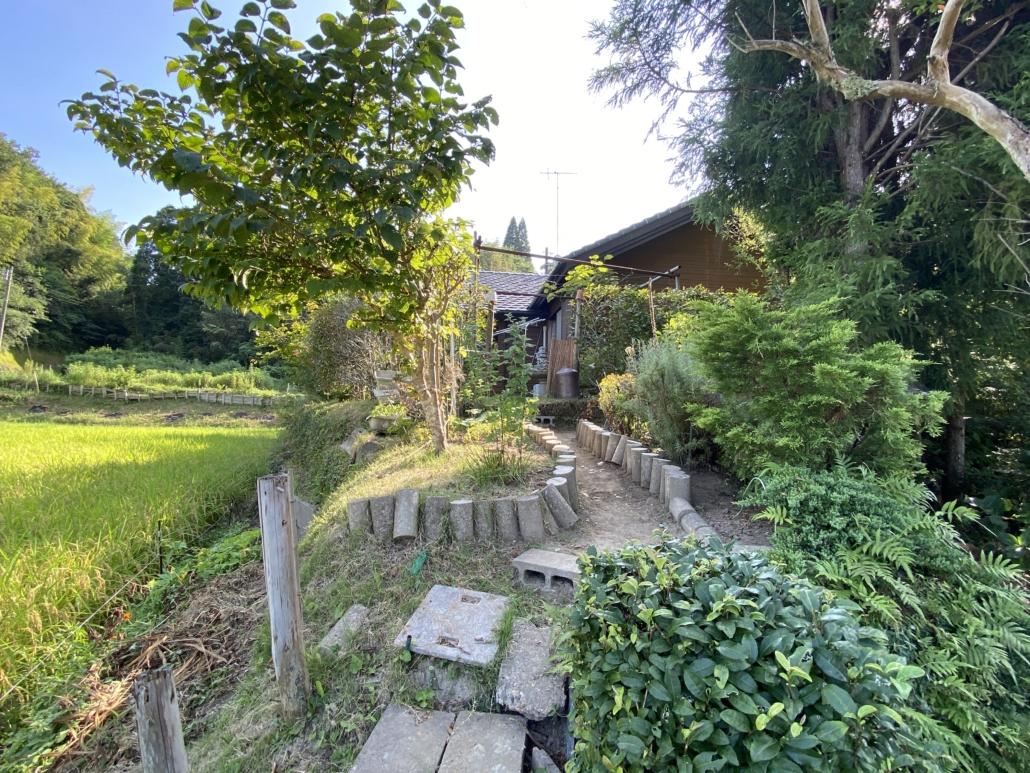 Image of path through garden in Chiba prefecture, Nagara-cho property