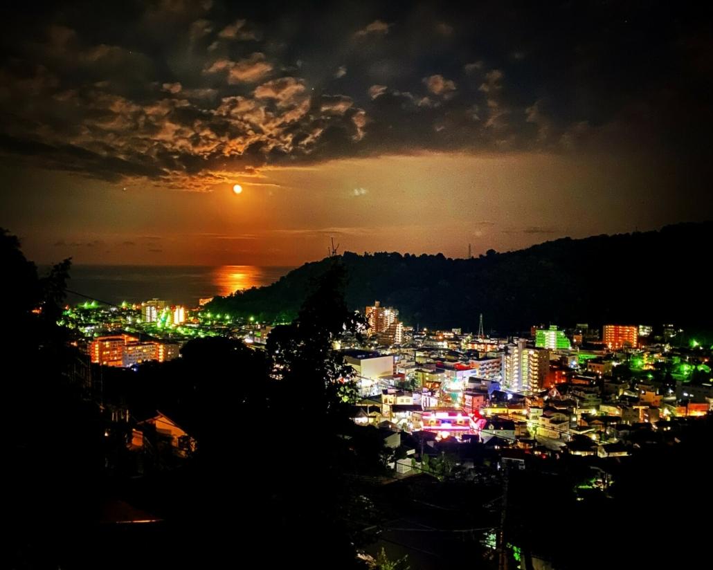 Nighttime business and moonrise in Yugawara